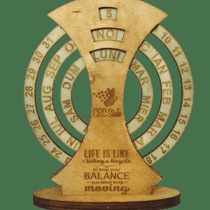 2019 11 05 08.16.17 300x300 Calendar Lemn Personalizat Universal de birou, 20x16 cm gravare