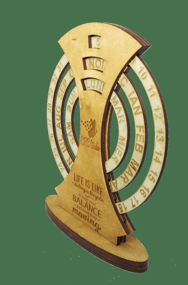 2019 11 05 08.16.28 600x910 Calendar Lemn Personalizat Universal de birou, 20x16 cm gravare