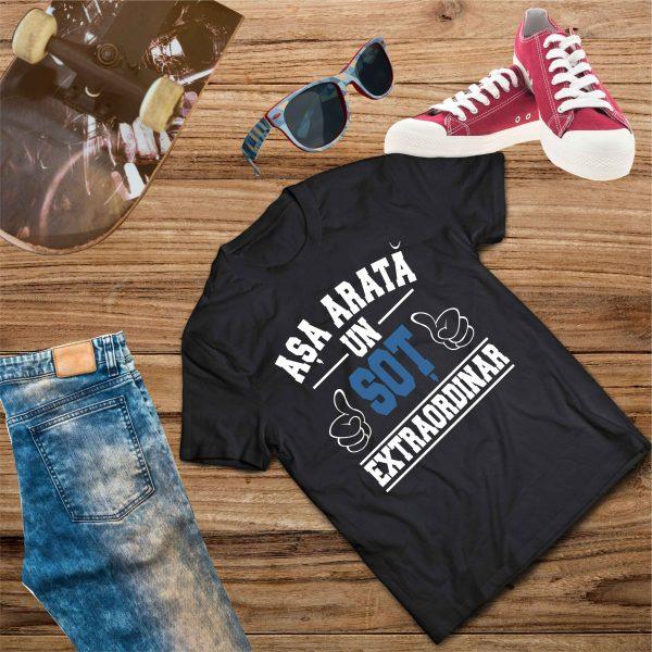B004 Asa arata un Sot Negru 600x600 Tricou Așa arată un Soț Extraordinar tricouri-personalizate, tricouri-barbati
